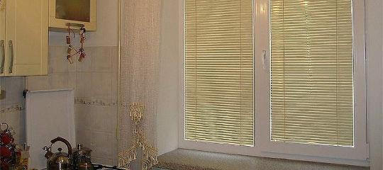 Горизонтальные жалюзи для окна одной из кухонь Ступино