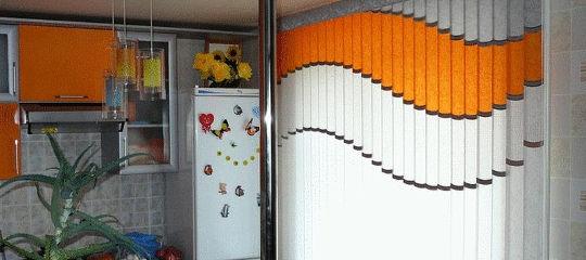 Вертикальные мультифактурные жалюзи на кухонное окно